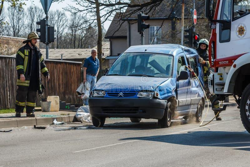 Le conducteur de la voiture a passé l'intersection au signal rouge du feu de signalisation, où il s'est heurté une autre voiture, image stock