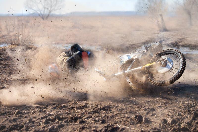 Le conducteur de moto est tombé sur un chemin de terre photographie stock