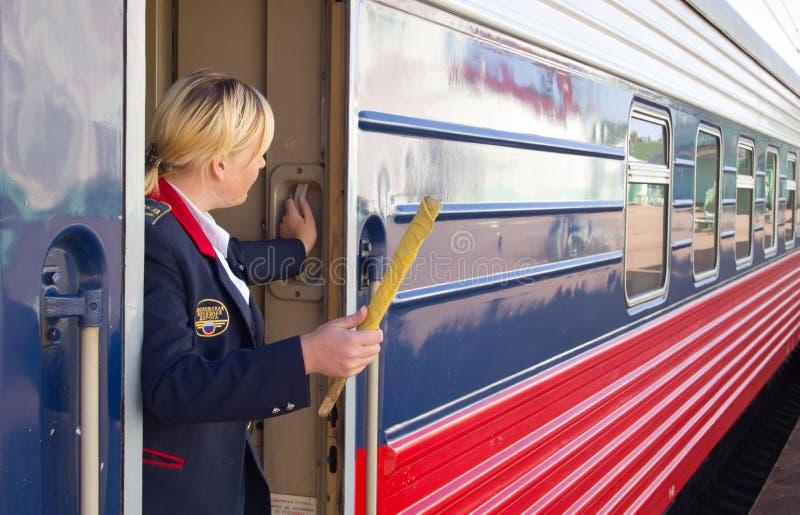 Le conducteur de train donne un signal pour le départ photographie stock