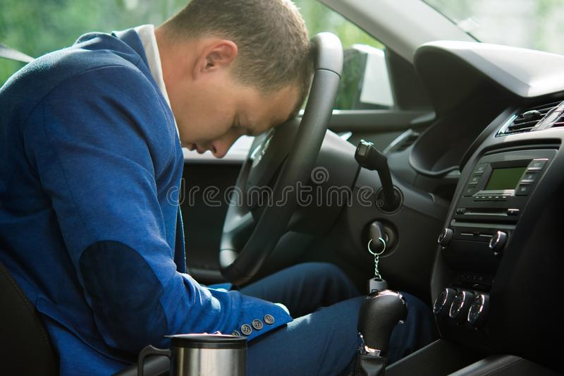 Le conducteur est tombé endormi à la roue d'une voiture, au manque de sommeil et à la fatigue images libres de droits
