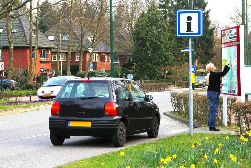 Le conducteur femelle est perdu et regarde un plan de ville, Pays-Bas photo stock