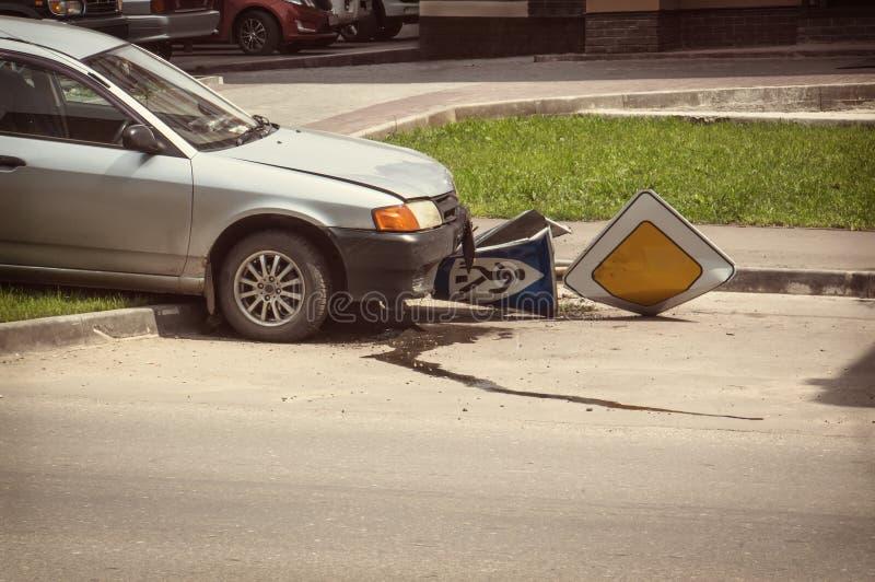 Le conducteur ivre a coupé dans la route Zach avec un piéton photos libres de droits