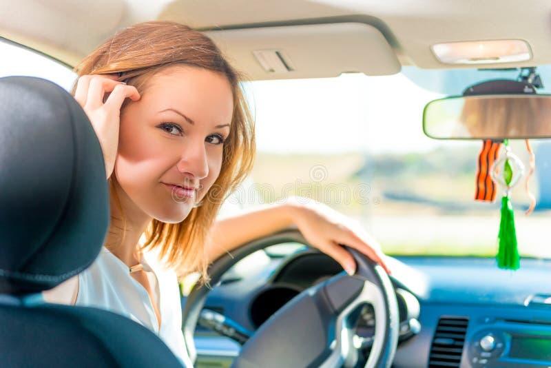 Le conducteur tient la main sur le volant photo libre de droits