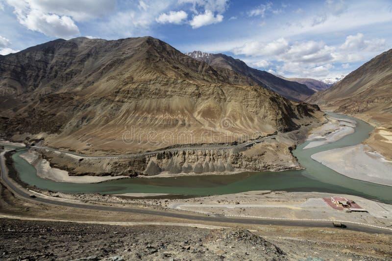Le confluent d'Indus et des rivières de Zanskar sont le col deux différent photographie stock libre de droits