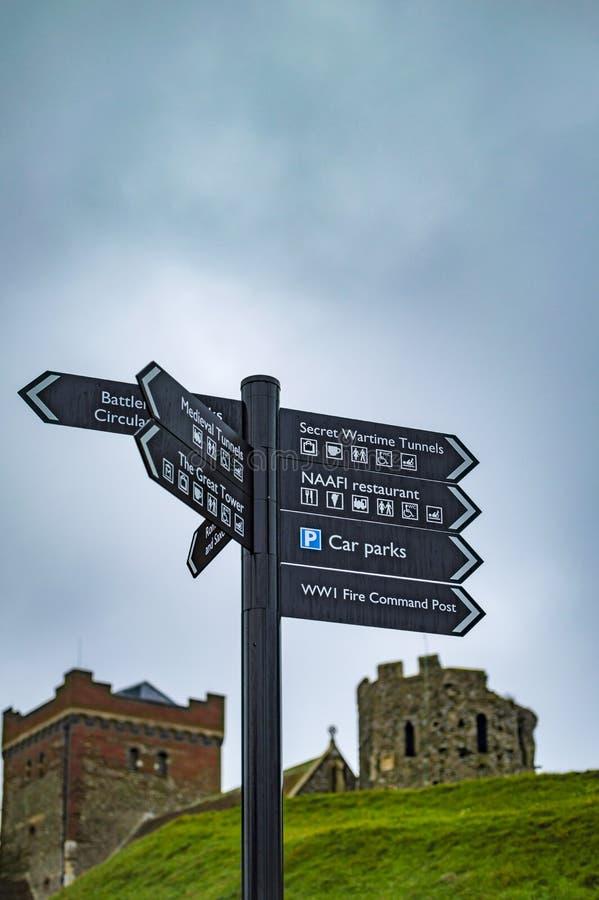 Le conseil de direction sur le poteau au château de Douvres photos stock