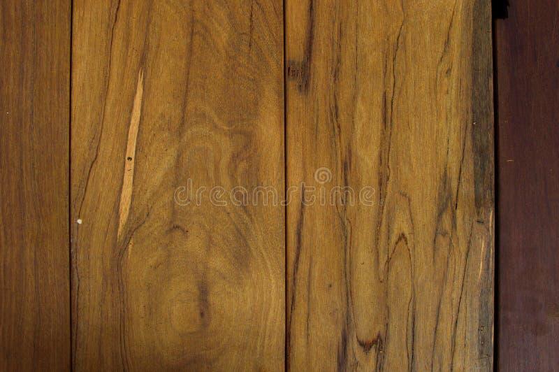Le conseil en bois avec la couleur brunâtre peut être employé comme fond images libres de droits