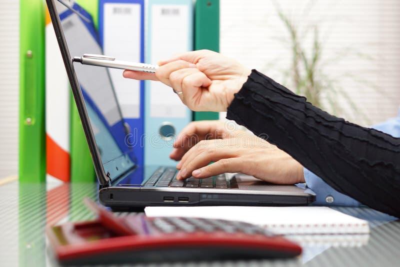 Le conseiller explique un document sur le moniteur d'ordinateur portable photos stock