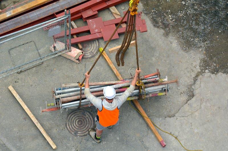 Le constructeur contrôle le procédé de construction du crochet de grue soulevant W photographie stock