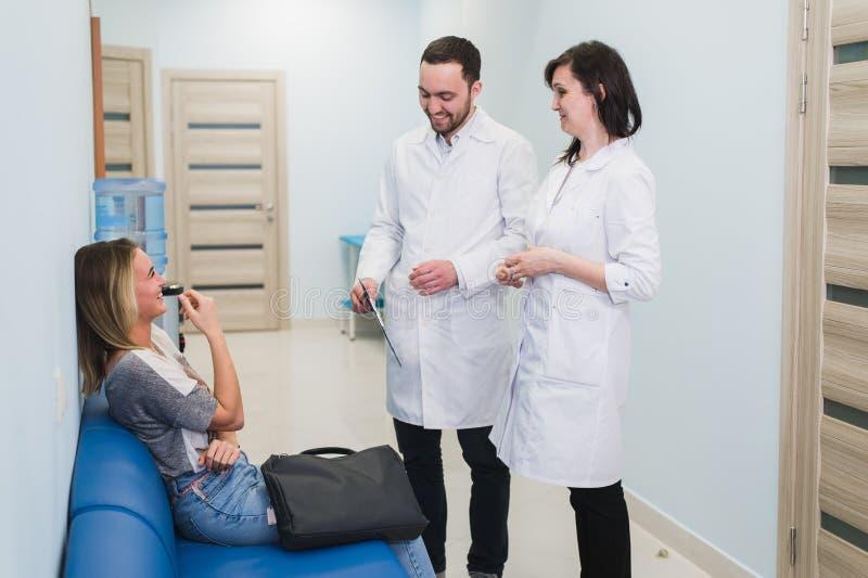 Le contact avec le patient est très important pour créent la pensée positive image libre de droits