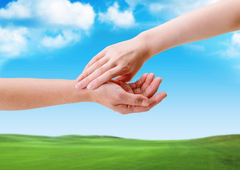Le contact des mains entre l'homme et la femme image libre de droits