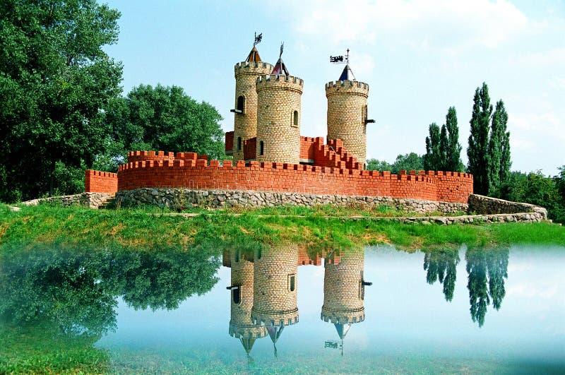 Le conte de fées aiment le terrain de jeu médiéval d'enfants de brique rouge de château rêveur images libres de droits