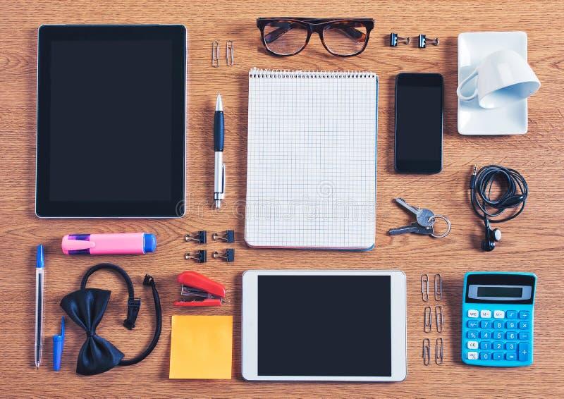 Le contenu d'un espace de travail d'affaires organisé et composé. image stock