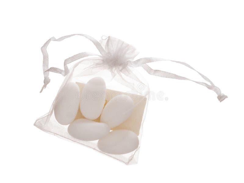 Le contenu de Bomboniere, 5 a sucré des amandes dans le sac avec la note, traditionnellement donnée comme faveur de mariage, cade images libres de droits