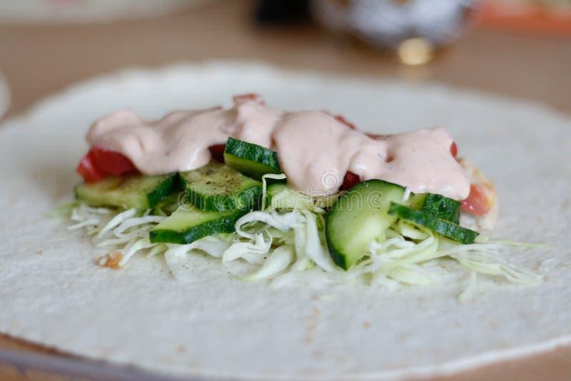 Le contenu du Shawarma Viande, concombres, tomates, chou, sauce Fin vers le haut photographie stock libre de droits