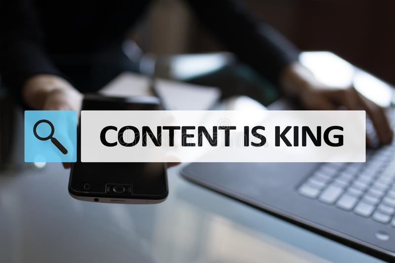 Le contenu est texte de roi dans la barre de recherche Affaires, technologie et concept d'Internet Vente de Digital photo libre de droits