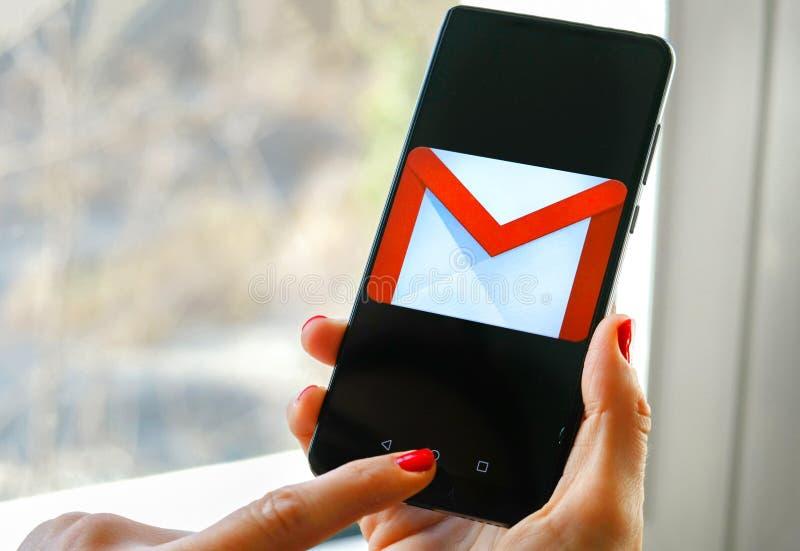 Le contrôle de main envoie l'appli de Gmail par Google sur le smartphone photo libre de droits