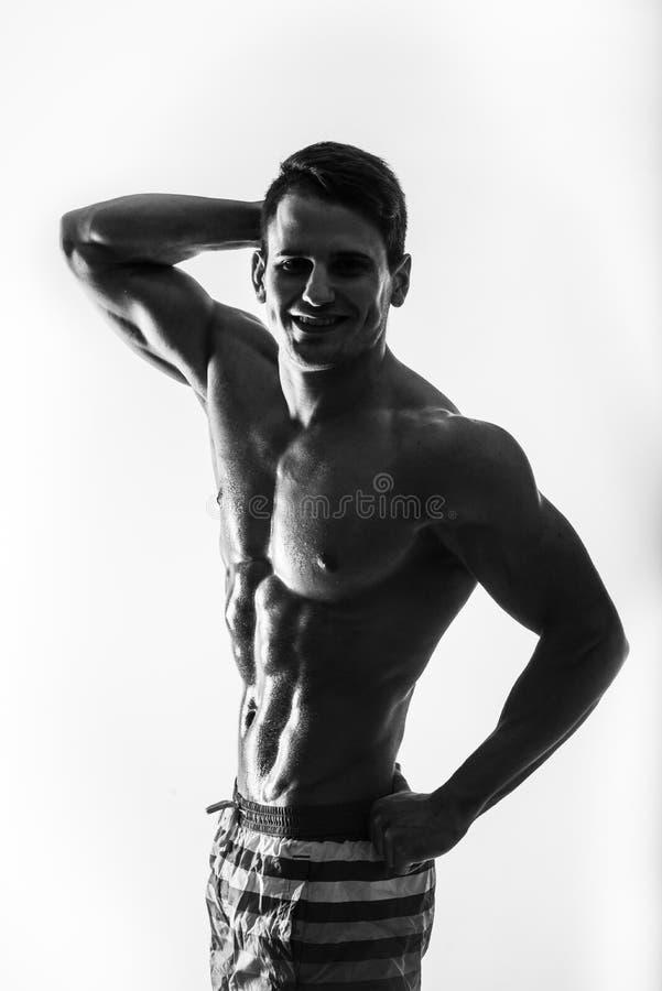 Le contraste foncé a tiré le jeunes estomac et bras musculaires d'homme de forme physique Bodybuilder avec la formation de goutte photo stock