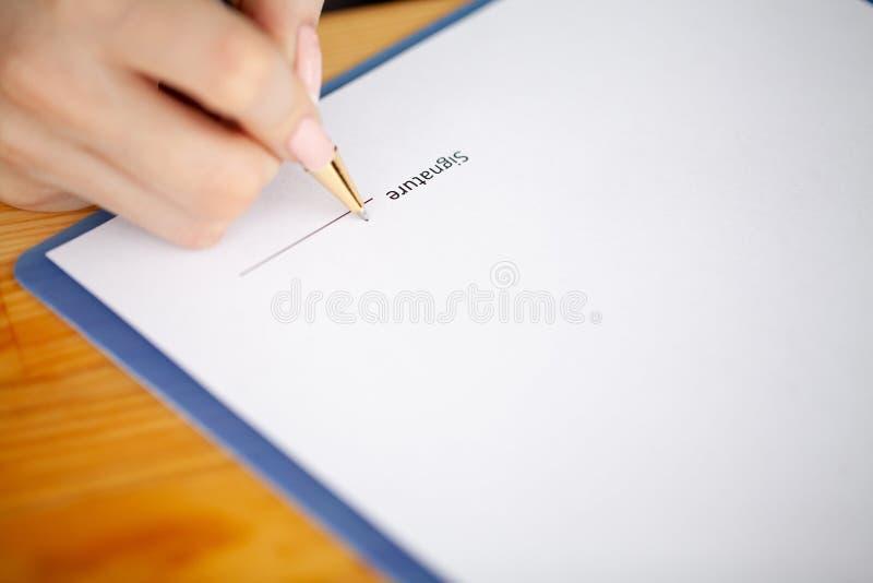 Le contrat de signature de client, a convenu des termes et a approuvé l'application et analyser le prêt immobilier d'évaluation,  photo libre de droits