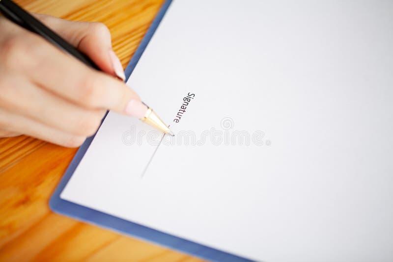 Le contrat de signature de client, a convenu des termes et a approuvé l'application et analyser le prêt immobilier d'évaluation,  photos libres de droits
