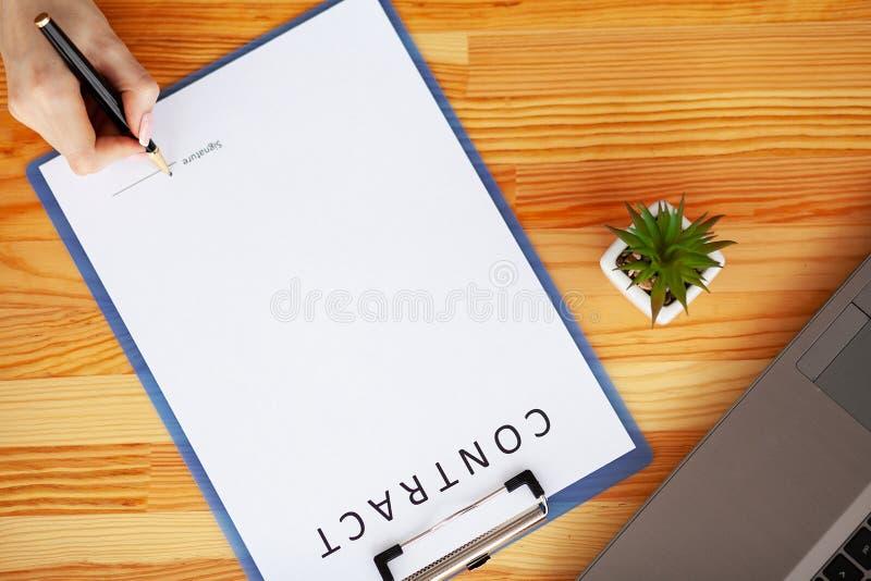 Le contrat de signature de client, a convenu des termes et a approuvé l'application et analyser le prêt immobilier d'évaluation,  photographie stock