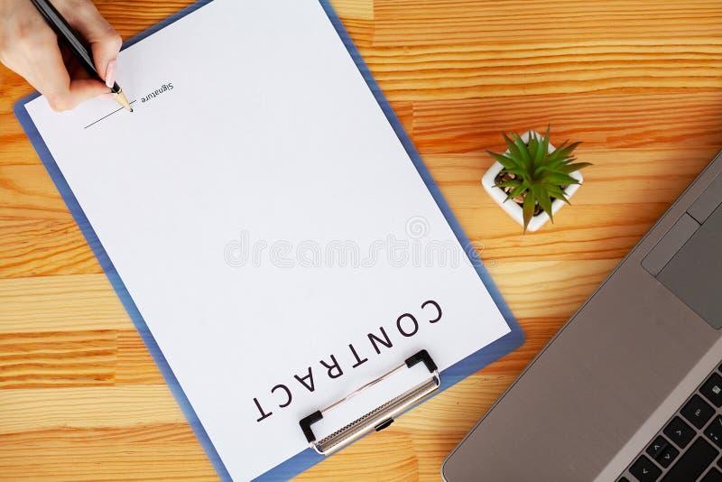 Le contrat de signature de client, a convenu des termes et a approuvé l'application et analyser le prêt immobilier d'évaluation,  photographie stock libre de droits