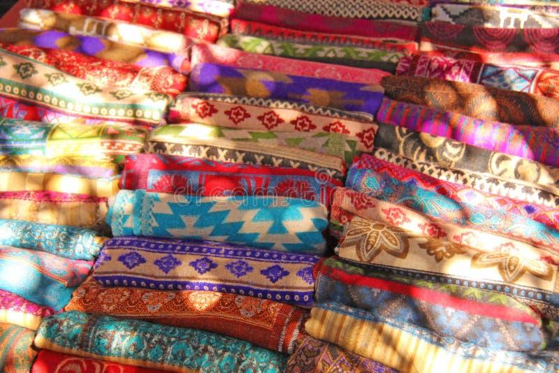 Le coperte tibetane colorate calde sono vendute sul mercato in India Bazaa fotografia stock