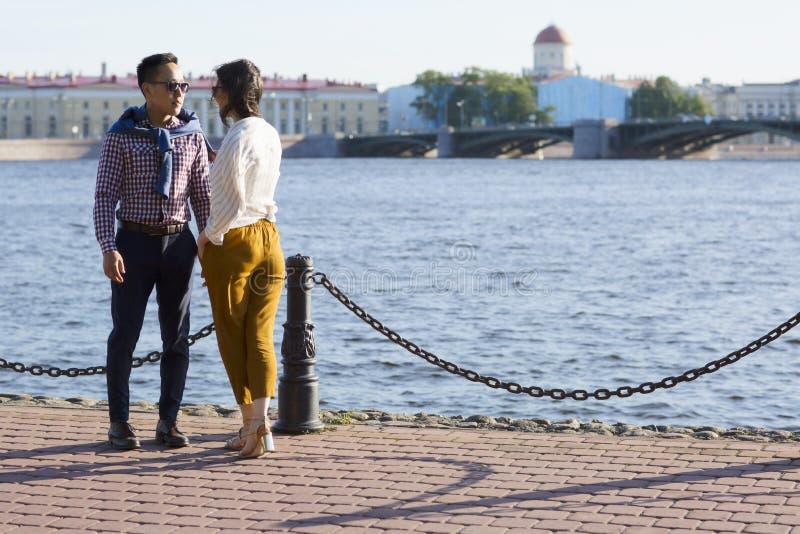 Le coppie amorose camminano sull'argine di un ` di Neva del ` del fiume fotografia stock libera da diritti