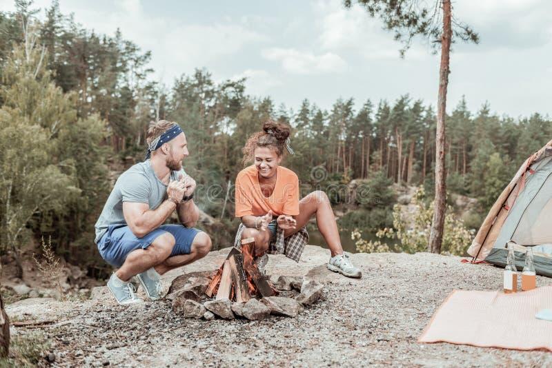 Le coppie amorose felici d'orientamento che si sentono divertenti mentre iniziano il campo infornano insieme fotografia stock
