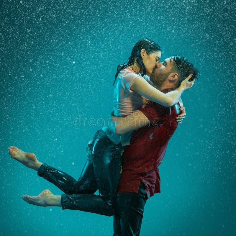 Le coppie amorose nella pioggia immagine stock libera da diritti