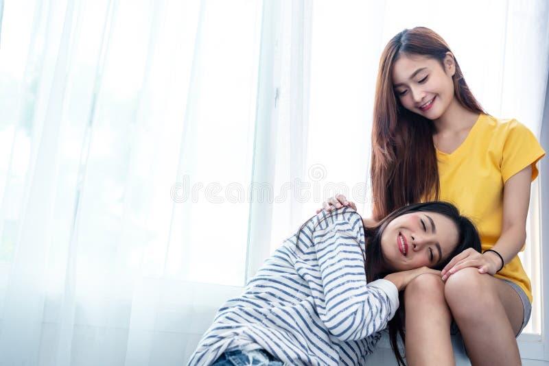 Le coppie asiatiche ciao insieme insieme vicino alla finestra bianca con il sole molle nel momento di felicit? La gente e concett fotografia stock