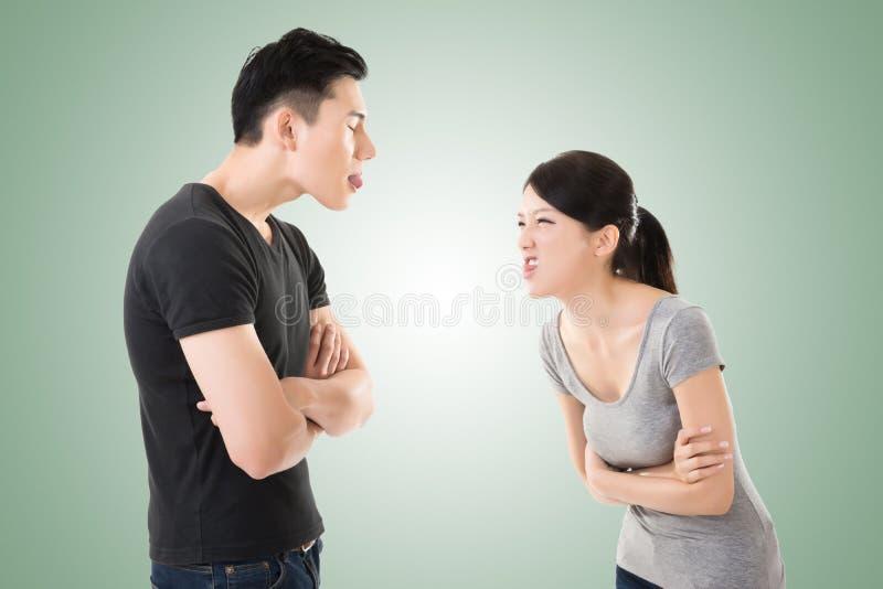 Le coppie asiatiche discutono fotografie stock libere da diritti