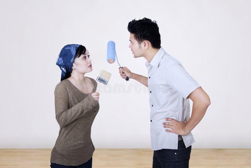 Le coppie asiatiche discutono mentre dipingono immagini stock libere da diritti