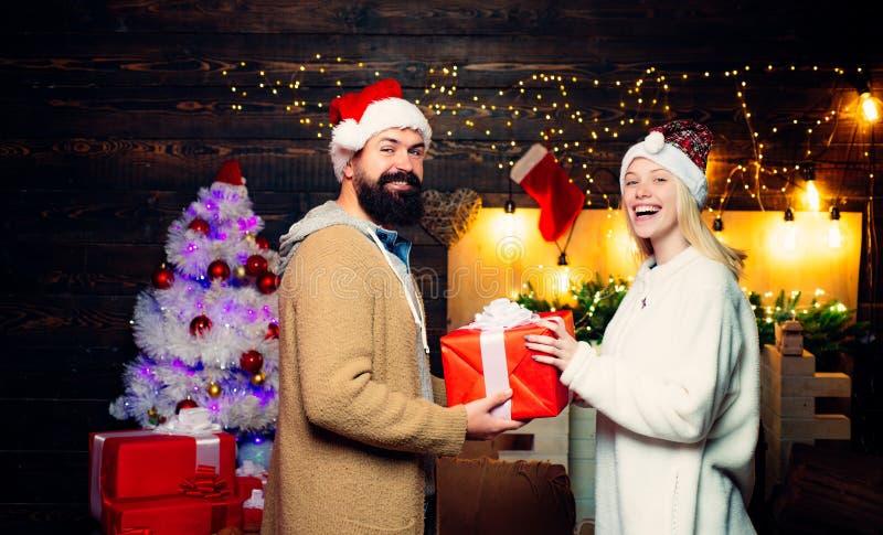 Le coppie attive celebrano il Natale Espressioni facciali umane positive di emozioni Amore Coppie comiche: pazzo celebri immagine stock libera da diritti