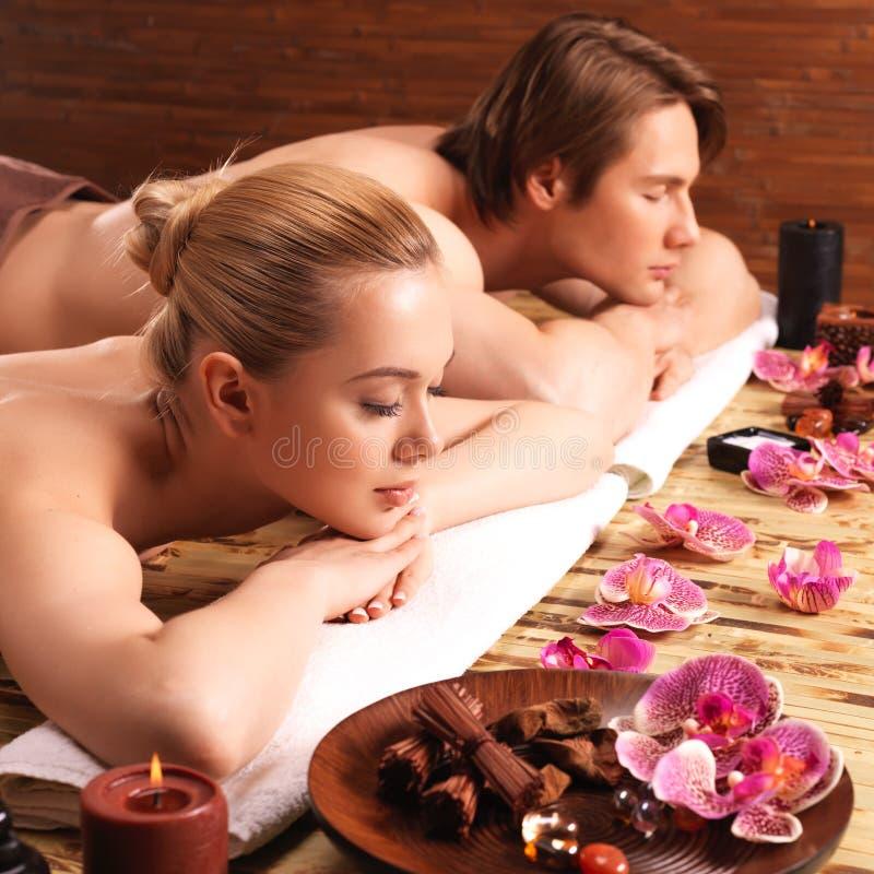 Le coppie attraenti si rilassano al salone della stazione termale fotografie stock libere da diritti