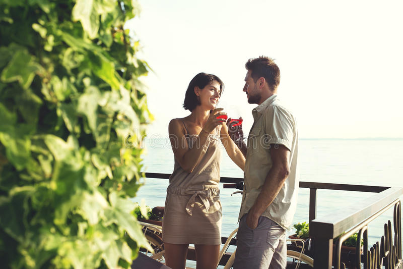 Le coppie che hanno spritz il tempo con la vista del lago fotografie stock libere da diritti