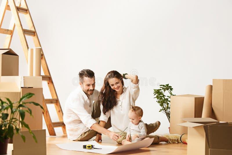 Le coppie che si muovono verso nuovi coniugati felici di casa comprano un nuovo appartamento per cominciare insieme nuova vita fotografia stock libera da diritti