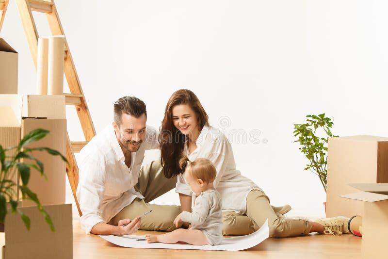 Le coppie che si muovono verso nuovi coniugati felici di casa comprano un nuovo appartamento per cominciare insieme nuova vita immagine stock