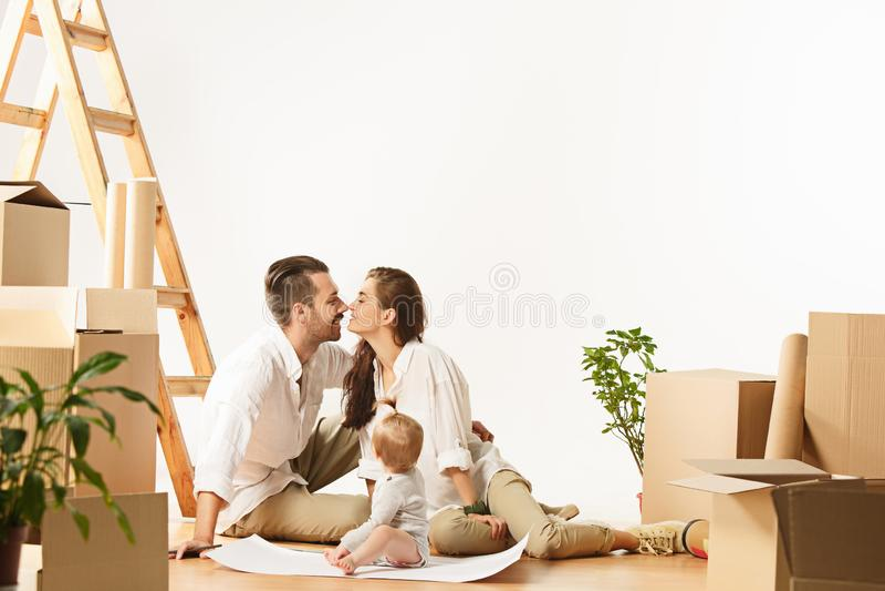 Le coppie che si muovono verso nuovi coniugati felici di casa comprano un nuovo appartamento per cominciare insieme nuova vita immagine stock libera da diritti