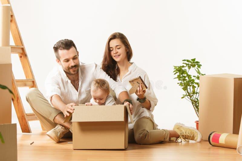 Le coppie che si muovono verso nuovi coniugati felici di casa comprano un nuovo appartamento per cominciare insieme nuova vita fotografie stock