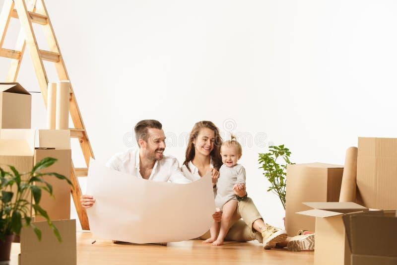 Le coppie che si muovono verso nuovi coniugati felici di casa comprano un nuovo appartamento per cominciare insieme nuova vita immagini stock libere da diritti