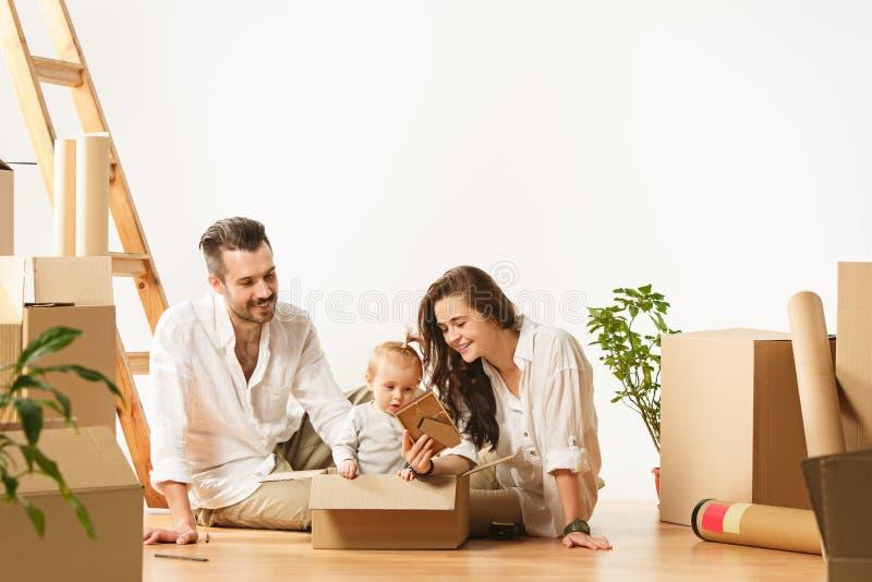 Le coppie che si muovono verso nuovi coniugati felici di casa comprano un nuovo appartamento per cominciare insieme nuova vita fotografia stock