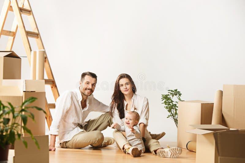Le coppie che si muovono verso nuovi coniugati felici di casa comprano un nuovo appartamento per cominciare insieme nuova vita fotografie stock libere da diritti