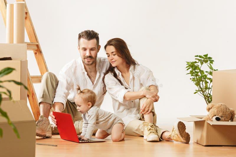 Le coppie che si muovono verso nuovi coniugati felici di casa comprano un nuovo appartamento per cominciare insieme nuova vita immagini stock
