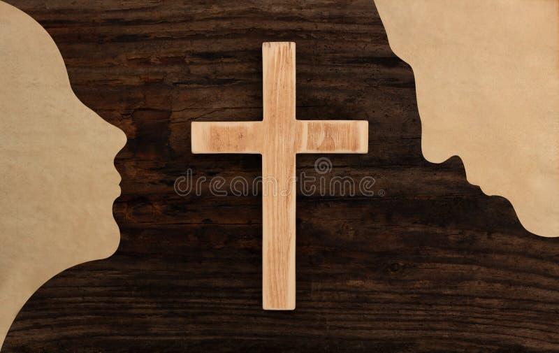 Le coppie cristiane pregano il taglio di legno trasversale della carta della siluetta di concetto fotografia stock libera da diritti