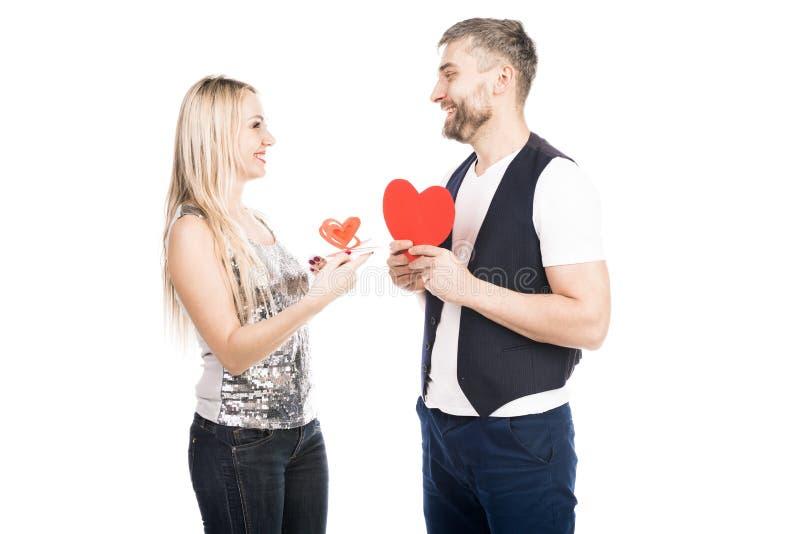 Le coppie danno i biglietti di S. Valentino fotografia stock libera da diritti