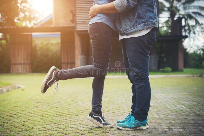 Le coppie dei pantaloni a vita bassa nell'amore che bacia di estate espongono al sole la luce St di bacio di amore fotografia stock libera da diritti