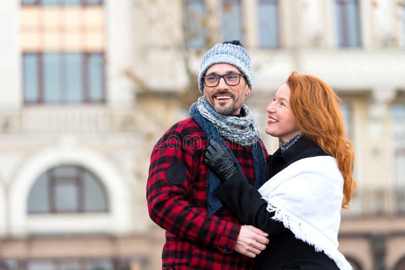 Le coppie della città datano sulla via su fondo urbano Tipo felice in vetri con la ragazza nell'usura di stagione Donna urbana de fotografia stock