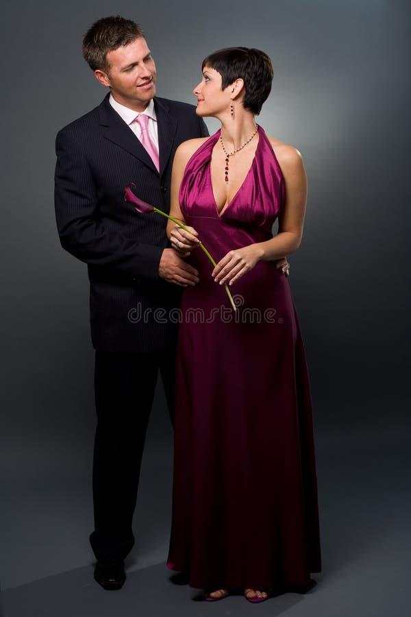Le coppie di amore in sera-si vestono fotografia stock libera da diritti