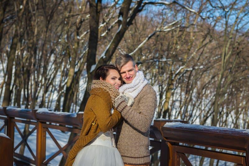 Le coppie di nozze in un vistoso appassiscono il giorno, tenentesi, vestito da sposa rustico da short di stile Ragazza castana be fotografie stock libere da diritti