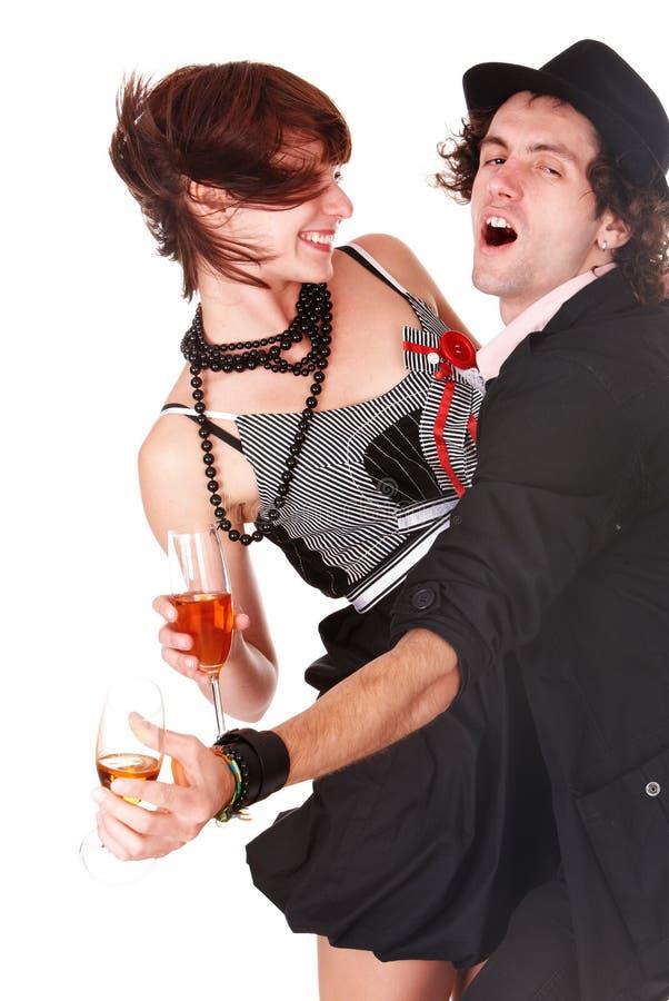 Le coppie equipaggiano e ragazza con il ballo del vino. fotografia stock